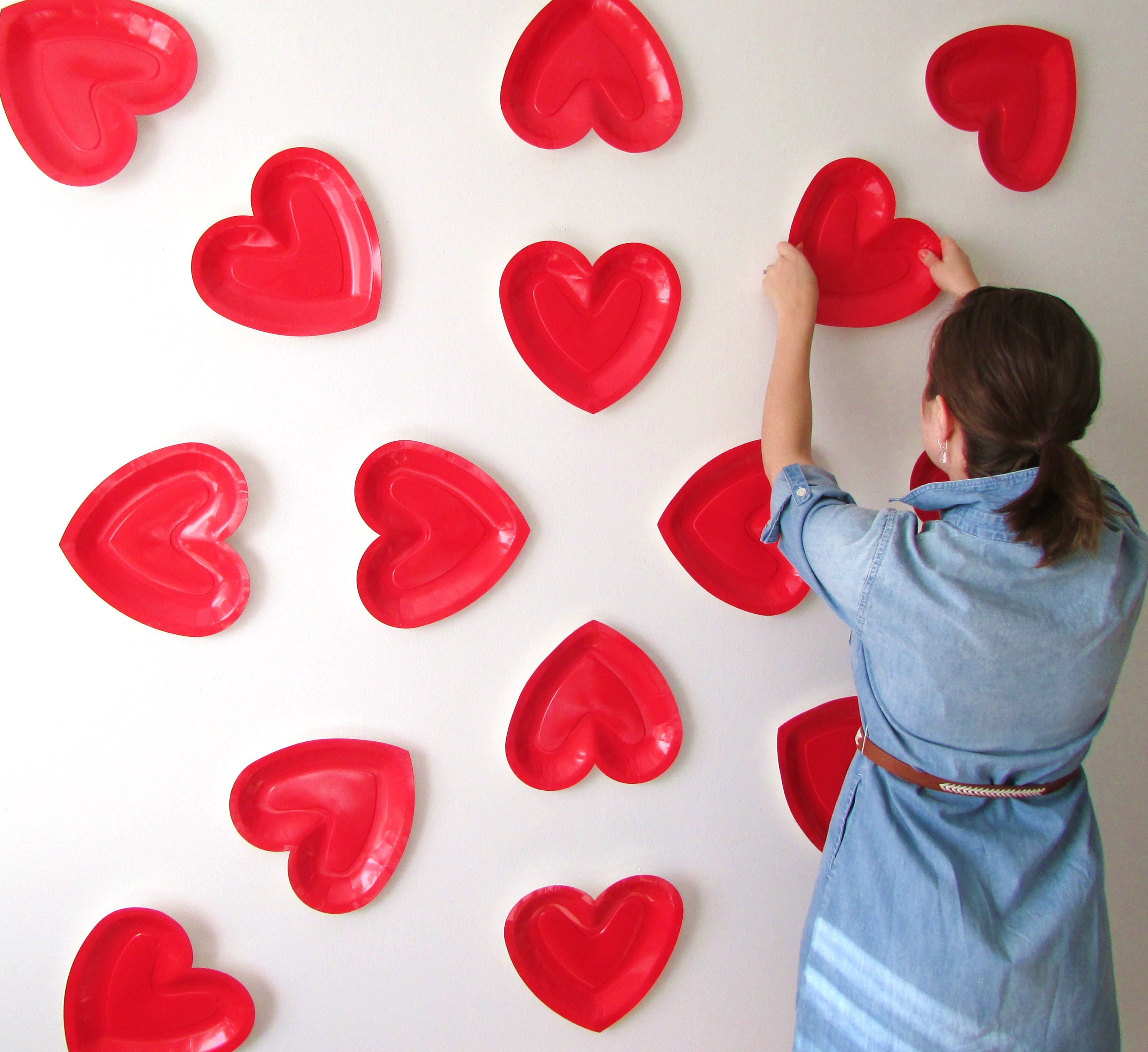 Check out this low cost high impact Valentineu0027s Day photo backdrop that you can easily put together in under 15 minutes using only paper plates and strong ... & paper plate backdrop Archives - Francois et Moi